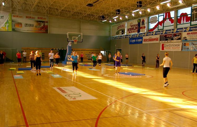 Dwa razy w tygodniu Ośrodek Sportu i Rekreacji w Dzierżoniowie zaprasza wszystkich chętnych na zajęcia kardioaerobiku. Pierwsze po wakacjach już 21 września. Uczestnicy proszeni są o przyniesienie własnych mat do ćwiczeń.