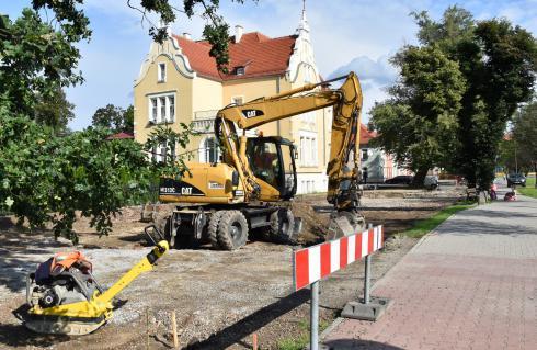 Za kilka tygodni parking przy Przedszkolu Publicznym nr 1 będzie wyremontowany. Trwające prace polegają na ułożeniu nowej nawierzchni z kostki betonowej, dojść do miejsc parkingowych oświetleniu i zagospodarowaniu zieleni. Kosztująca 200 tys. zł inwestycja zakończy się w pierwszej połowie października.
