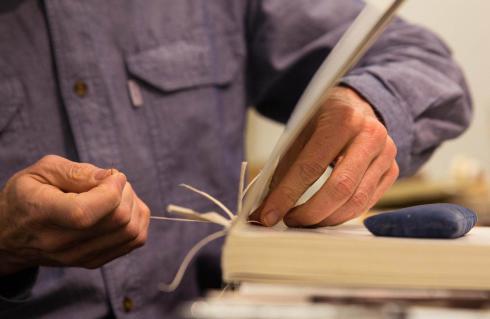 Naprawa książek, oprawa prac, tłoczenie i złocenie napisów, bindowanie – tym wszystkim zajmuje się pracownia introligatorska w filii dzierżoniowskiej biblioteki na os. Różanym.  Warto skorzystać z jej usług.