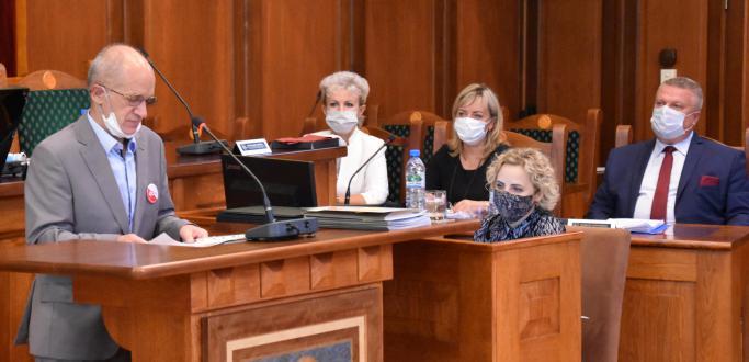 Od upamiętnienia Dnia Solidarności i Wolności obchodzonego 31 sierpnia rozpoczęła się poniedziałkowa sesja Rady Miejskiej Dzierżoniowa. Na uroczystą cześć posiedzenia zaproszono znamienitych gości, którzy to 40 lata temu tworzyli ten wielki ogólnopolski ruch społeczny.