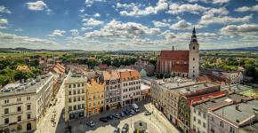 Dzierżoniowscy przedsiębiorcy prowadzący działalność gastronomiczną w centrum miasta, budujący miejsca parkingowe, likwidujący bariery architektoniczne i zmieniający ogrzewanie na ekologiczne będą zwalniani z podatku od nieruchomości. Ze zwolnienia będą mogły także skorzystać nowe i rozwijające swoją działalność firmy. Fot: Paweł Pachura